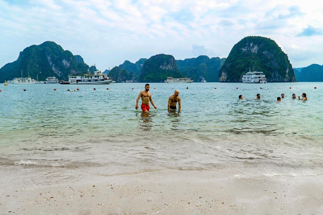 Tắm biển ở bãi biển Titop Hạ Long